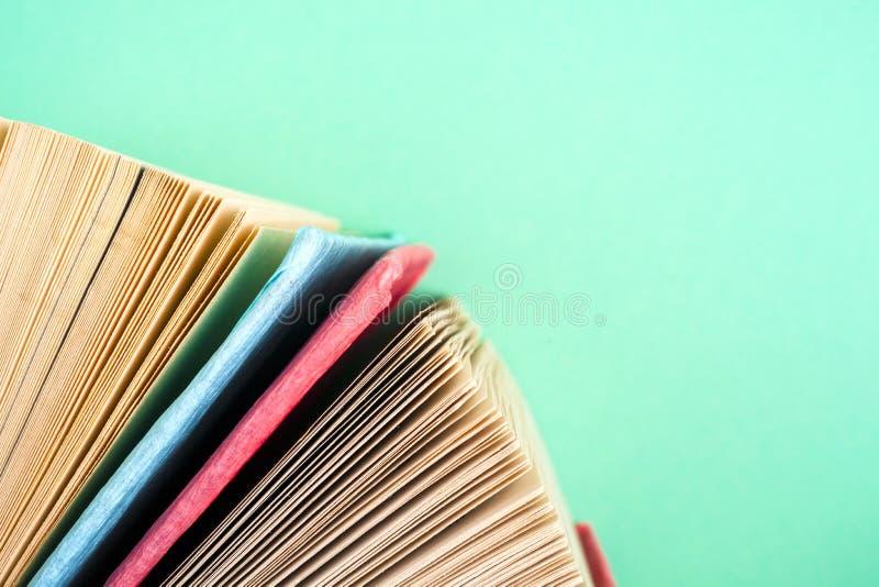 Download Draufsicht Des Hellen Bunten Gebundenen Buches Bucht In Einem Kreis Stockbild - Bild von akademisch, antike: 96928433