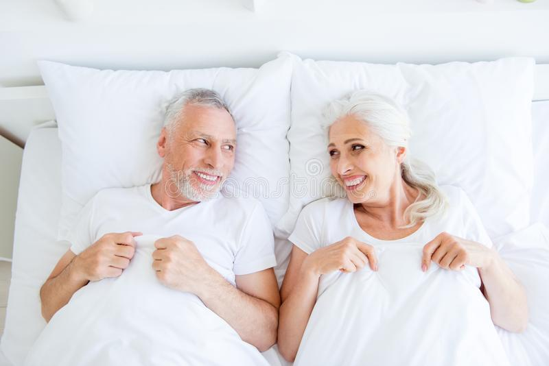 Draufsicht des hohen Winkels von träumerischem, Paar im Pyjama, Schlaf, Abnutzung, SL stockfotografie