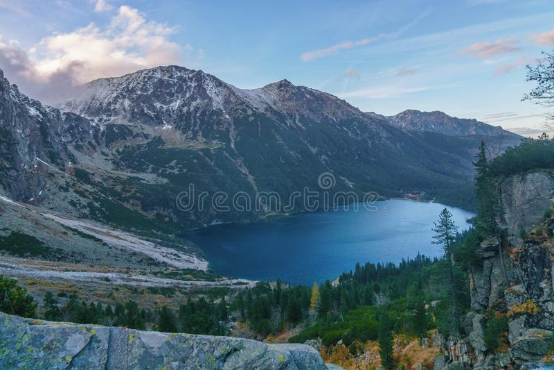 Draufsicht des hoher Gebirgssees in den hohen Tatra-Bergen stockfotografie