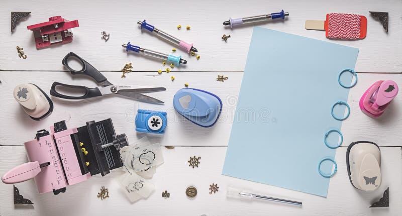 Draufsicht des Holztischs mit Werkzeugen für das Scrapbooking lizenzfreies stockfoto