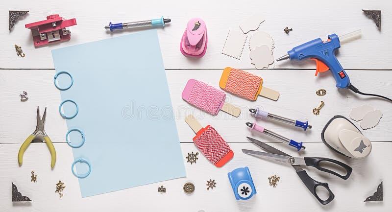Draufsicht des Holztischs mit Werkzeugen für das Scrapbooking stockbilder