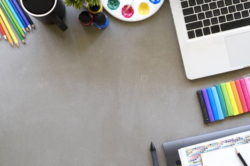 Draufsicht des Künstlerarbeitsplatzes eine Grafikdesigntabelle mit Laptop-COM lizenzfreie stockfotografie
