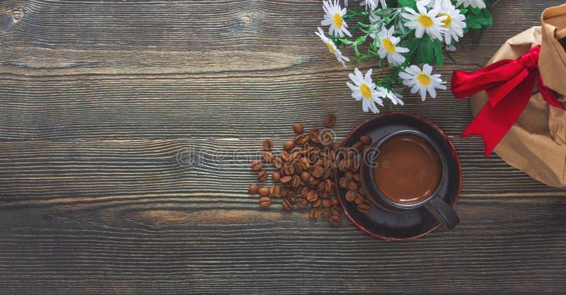 Draufsicht des Kaffeetasse- und Kaffeebohne-, Blumen- und Geschenkboxvorratfotos lizenzfreie stockfotos