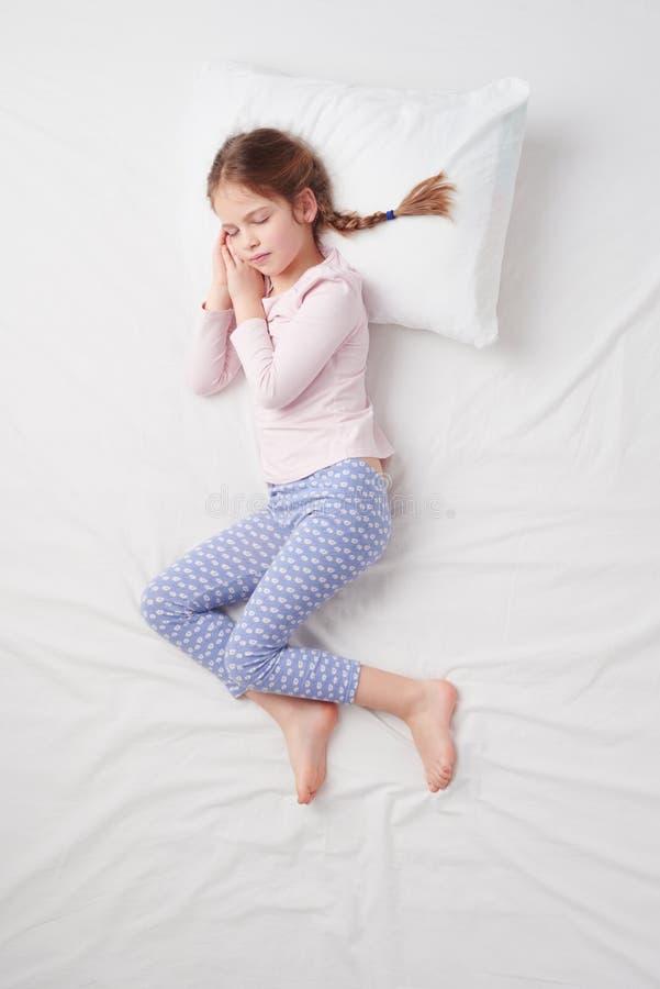 Draufsicht des kleinen netten Mädchens mit Zöpfen lizenzfreies stockfoto