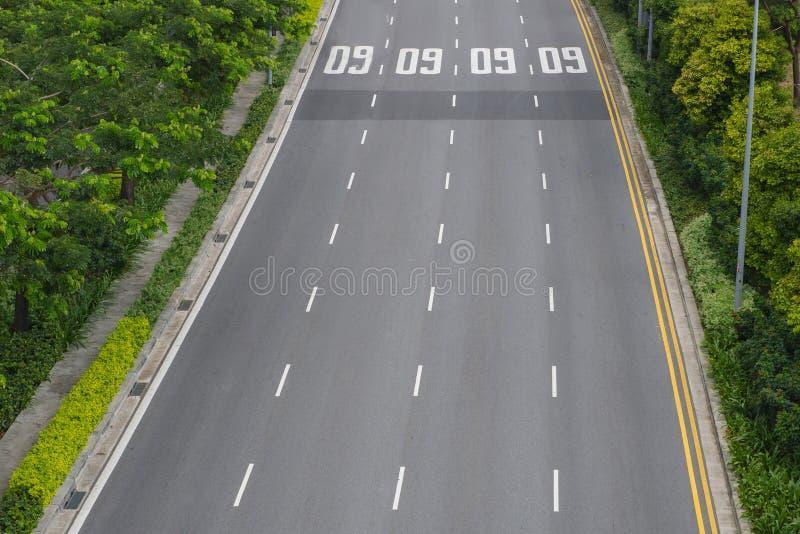 Draufsicht des Kurvens der Straße mit Bäumen in einem allgemeinen Park lizenzfreie stockbilder