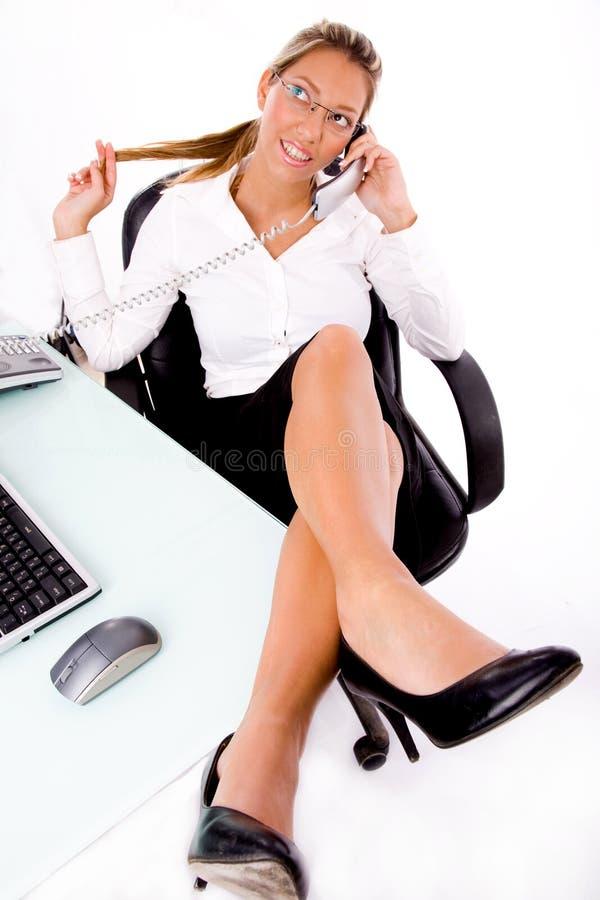 Draufsicht des lächelnden Angestellten sprechend am Telefon stockbild