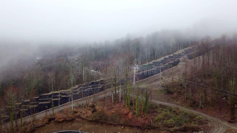 Draufsicht des Landhäuschens in der Waldfläche auf Berg Abgelegener Platz in den Waldhochländern für Landhäuschen Haus an lizenzfreie stockfotos