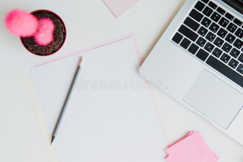 Draufsicht des Laptops, des Bleistifts und der leeren Papiere auf Tischplatte stockfotos