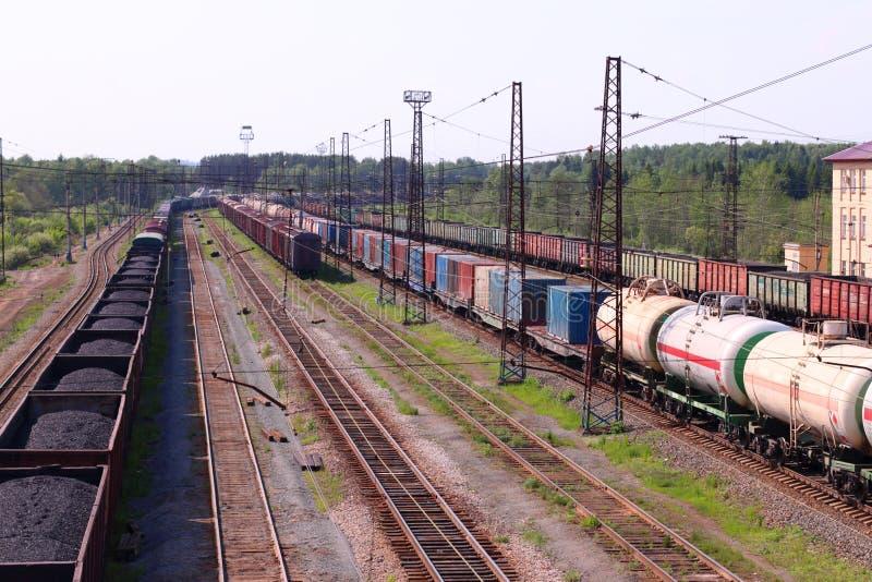 Draufsicht des Lastwagens mit Kohle und Bahnstrecken und Zug stockbilder