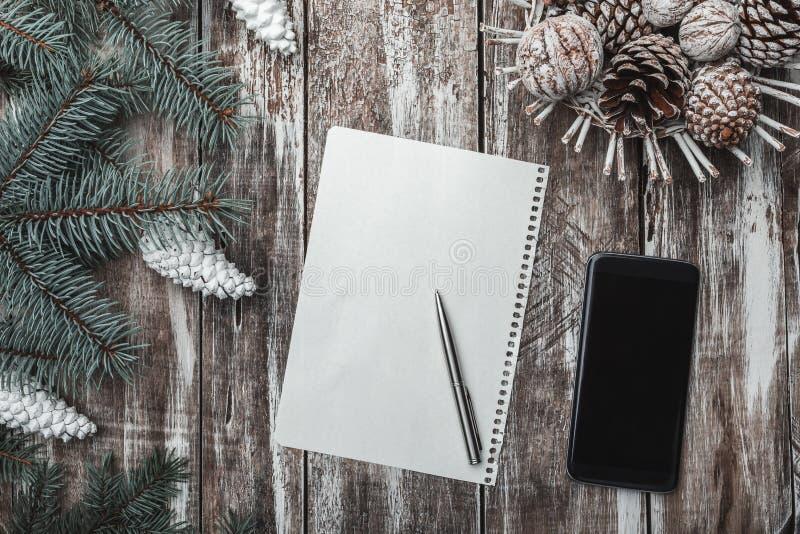 Draufsicht des Leerbelegs auf hölzernem Hintergrund mit Weihnachtsdekorationen, Kopienraum stockfotografie
