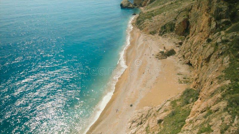 Draufsicht des Meeres und der Schlucht mit Anlagen schuß Draufsicht des schönen Strandes in den Bergen Erstaunlicher sonniger Tag stockfotografie
