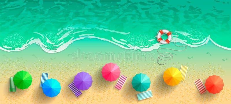 Draufsicht des Meeres und des Strandes mit Regenschirmen, Klappstühlen und einer Schwimmweste Spuren von bloßen Füßen im Sand nac lizenzfreie abbildung