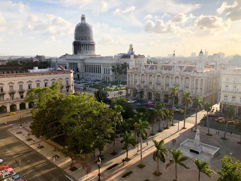 Draufsicht des nationales Kapitol-Gebäudes und des Central Park auf Sonnenuntergang im alten Havana kuba lizenzfreie stockfotografie