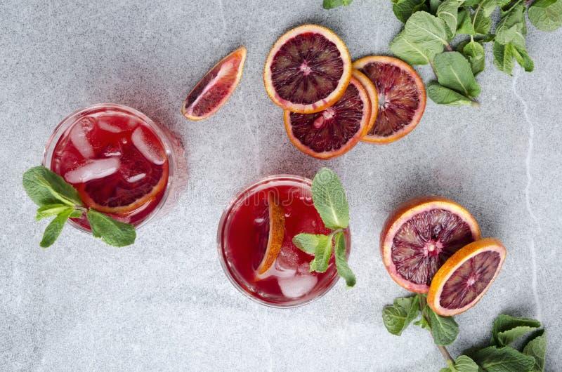 Draufsicht des neuen Alkoholgetränks mit Blutorangen, Eis und Minze Erneuerndes saftiges Sommergetränk lizenzfreie stockfotografie