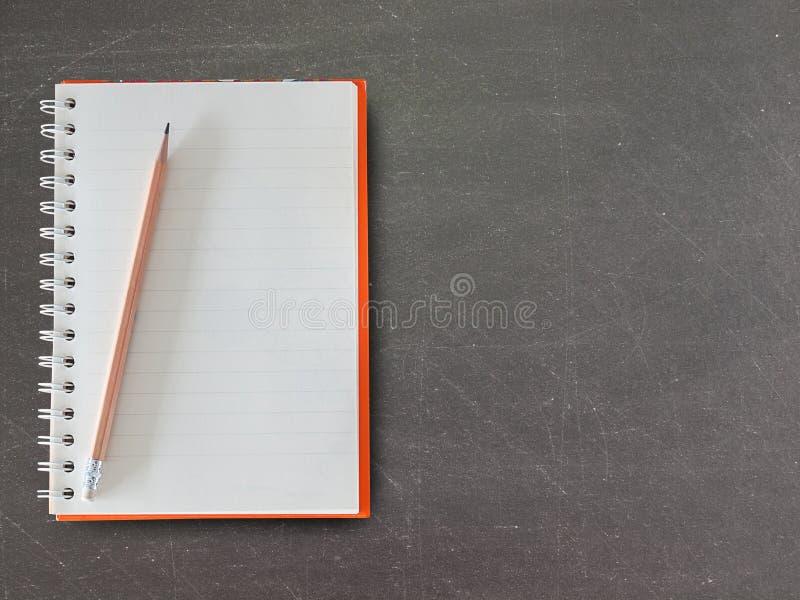 Draufsicht des offenen gewundenen leeren Notizbuches mit Bleistift lizenzfreies stockbild