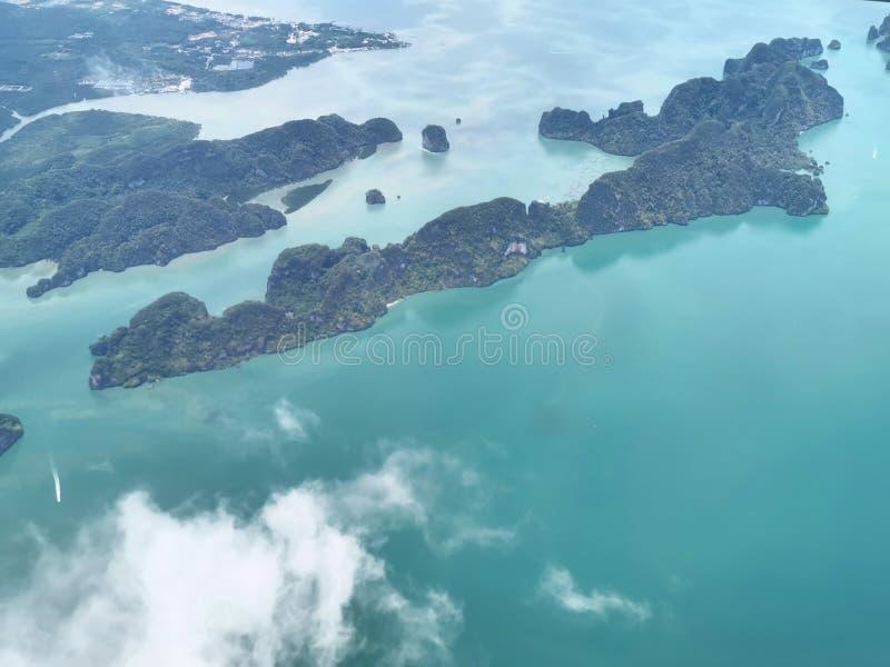 Draufsicht des Ozeans und der Insel beim Fliegen zu Phuket-Insel, Thailand stockbilder