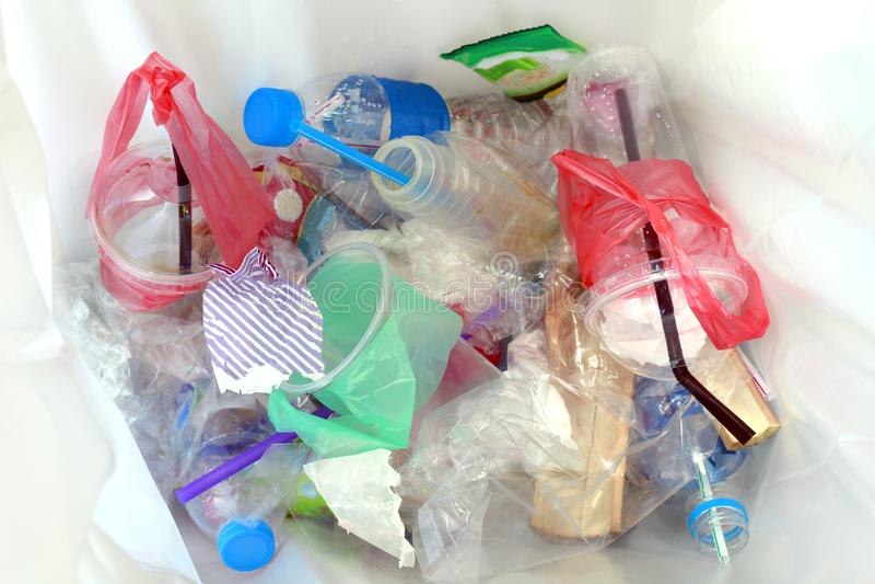 Draufsicht des Plastikflaschenwassergetränkabfalls und -strohe im Papierkorb schmutzig, im Stapel der überschüssigen Plastikflasc lizenzfreie stockfotos