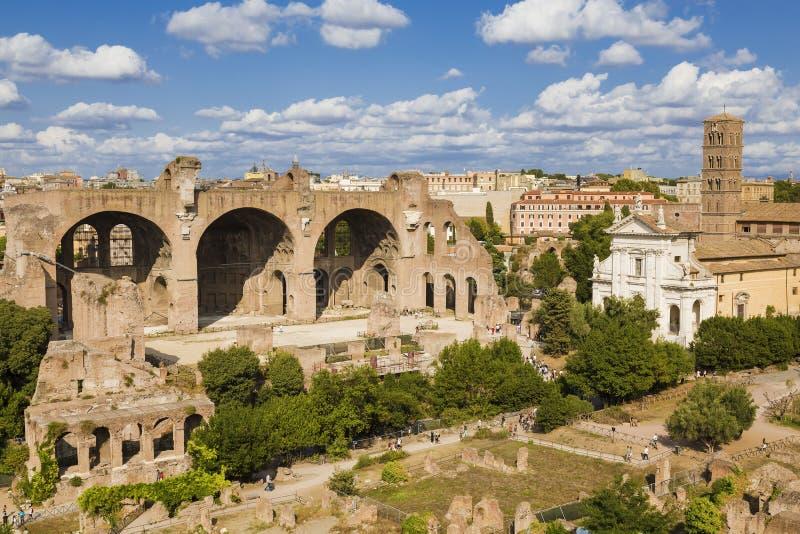 Draufsicht des römischen Forums, der Basilika von Maxentius und des Constantines, die Kirche von Heiligen Luke und Martina rom stockbild