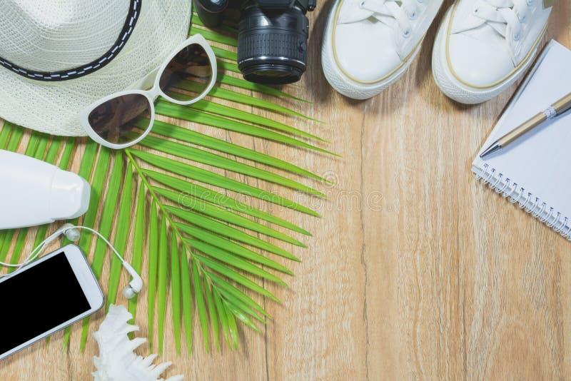 Draufsicht des Reisematerials Wesentliche Reiseeinzelteile Schuhe lizenzfreie stockfotos