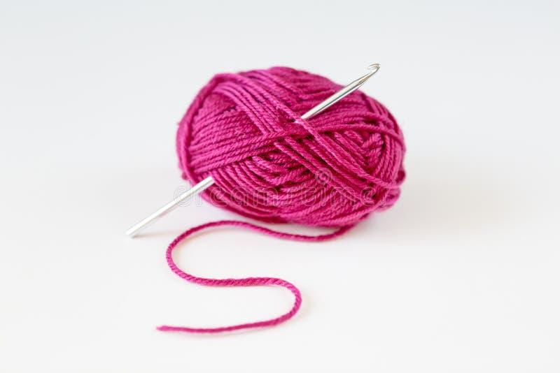 Draufsicht des rosa Garnballs mit Garn auf weißem Hintergrund lizenzfreies stockfoto
