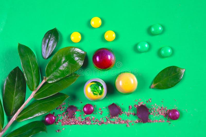 Draufsicht des Satzes schöner und köstlicher Schokoladenbonbons, die mit sortierter Schokolade verziert werden, zerkrümelt lizenzfreie stockbilder