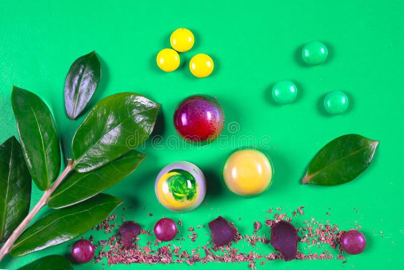 Draufsicht des Satzes schöner und köstlicher Schokoladenbonbons, die mit sortierter Schokolade verziert werden, zerkrümelt lizenzfreie stockfotografie