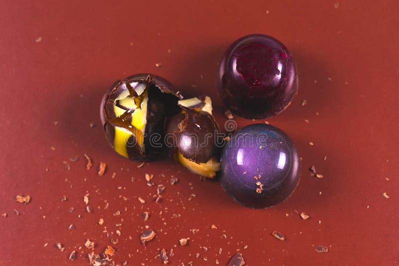 Draufsicht des Satzes schöner und köstlicher Schokoladenbonbons, die mit sortierter Schokolade verziert werden, zerkrümelt stockfotografie