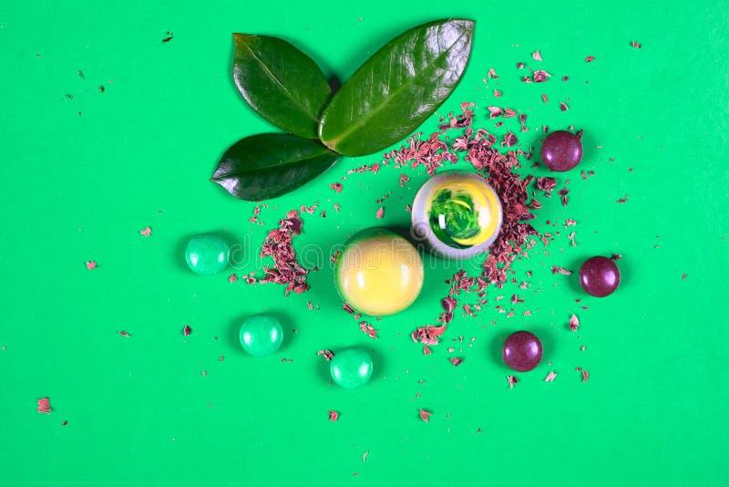 Draufsicht des Satzes schöner und köstlicher Schokoladenbonbons, die mit sortierter Schokolade verziert werden, zerkrümelt lizenzfreies stockbild