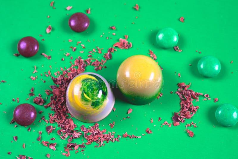 Draufsicht des Satzes schöner und köstlicher Schokoladenbonbons, die mit sortierter Schokolade verziert werden, zerkrümelt stockfotos
