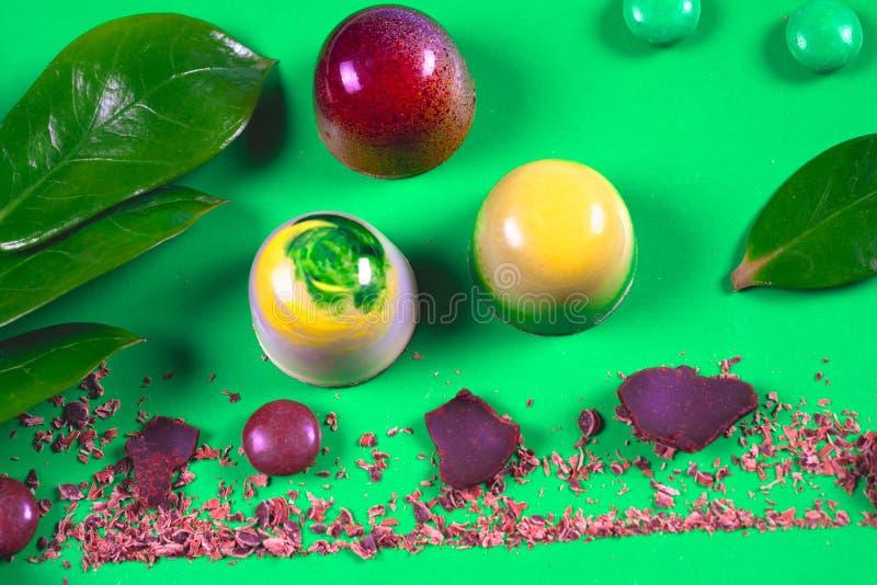 Draufsicht des Satzes schöner und köstlicher Schokoladenbonbons, die mit sortierter Schokolade verziert werden, zerkrümelt stockbild