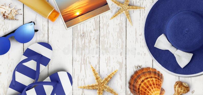 Draufsicht des Sommerstrandzubehörs auf hölzernem weißem Hintergrund, lizenzfreie stockfotos
