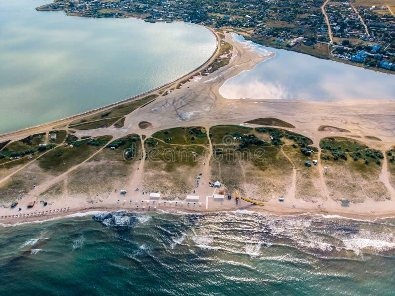 Draufsicht des Strandes, des Meeres und des Dorfs in der Krim stockbilder