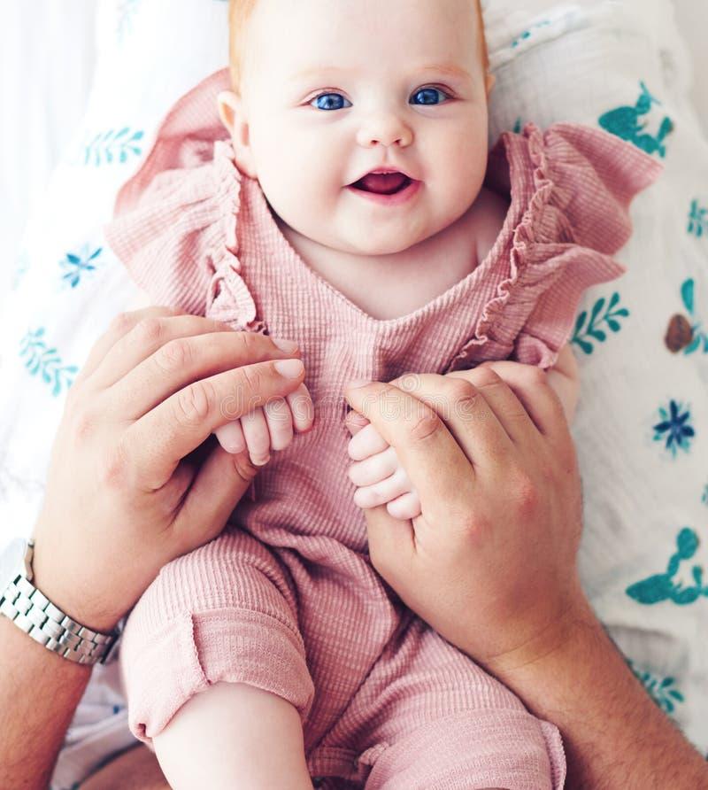 Draufsicht des Vaters spielend mit netter S?uglingsbabytochter im Bett, zu Hause lizenzfreies stockfoto