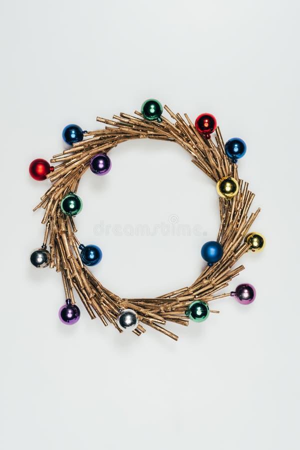 Draufsicht des Weihnachtskranzes mit den bunten dekorativen Weihnachtsbällen lokalisiert auf Weiß stockfoto