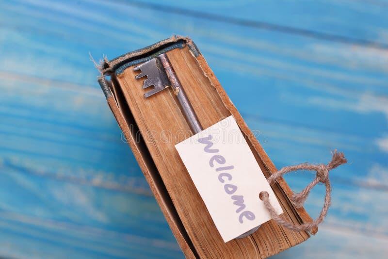 Draufsicht des Weinlesebuches mit altem Schmutzpapier maserte Seiten und rostigen Schlüssel lizenzfreies stockbild