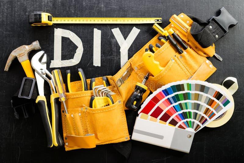 Draufsicht des Werkzeuggurtes mit Bauwerkzeugen und Farbdiagrammen a lizenzfreie stockbilder