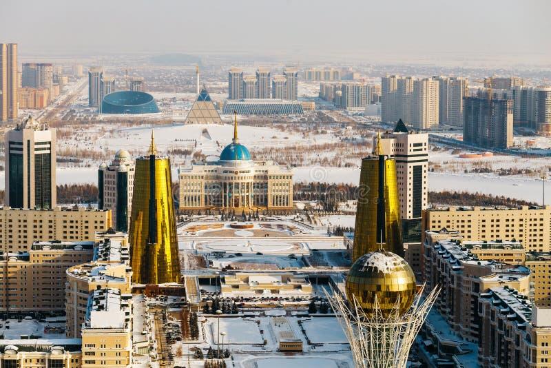 Draufsicht des Wohnsitzes Ak Orda, Haus von Ministerien und von Nur-Jolboulevard mit Baiterek-Monument in Astana, Kasachstan lizenzfreie stockbilder