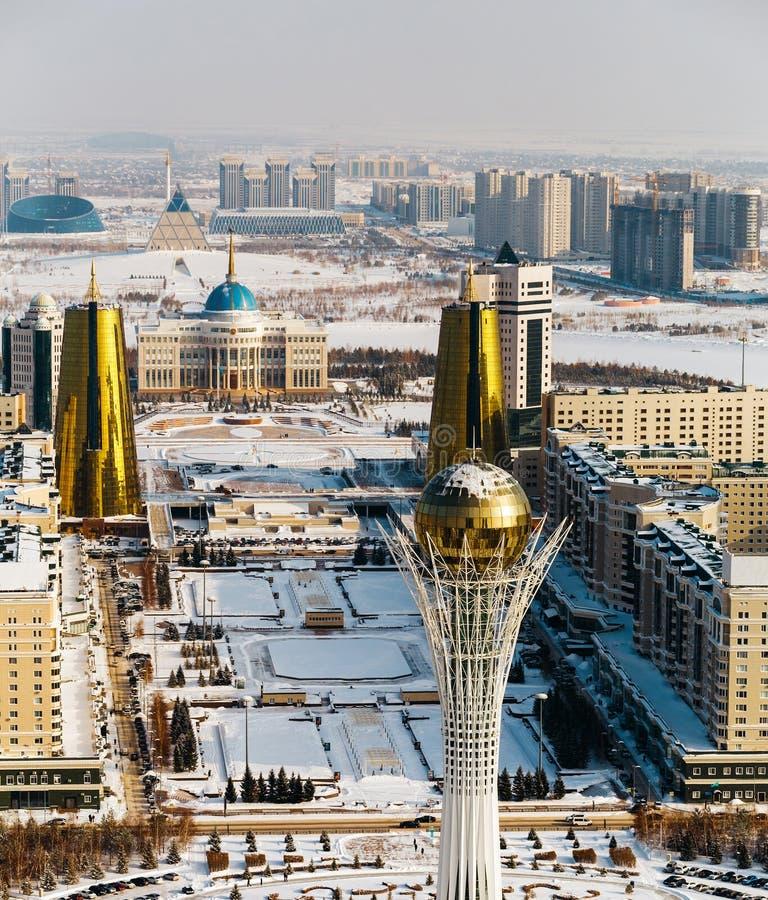 Draufsicht des Wohnsitzes Ak Orda, Haus von Ministerien und von Nur-Jolboulevard mit Baiterek-Monument in Astana, Kasachstan stockfoto