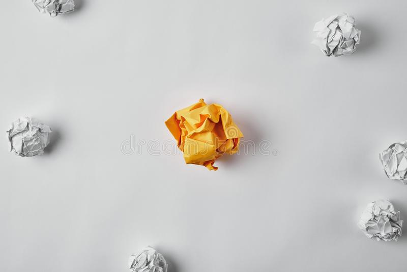 Draufsicht des zerknitterten gelben Papiers, das mit Weiß umgeben wurde, zerknitterte Papiere lizenzfreie stockfotografie