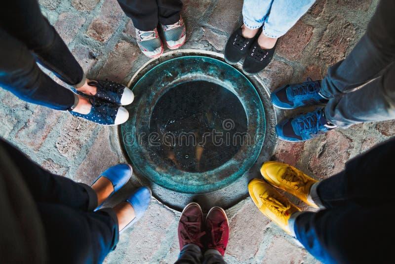Draufsicht einer Gruppe von sieben Freunden in den mehrfarbigen Schuhen lizenzfreie stockfotos