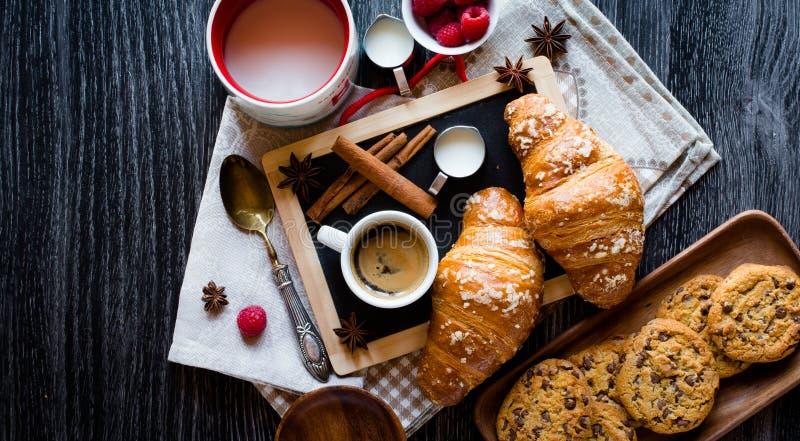 Draufsicht einer hölzernen Tabelle voll der Kuchen, Früchte, Kaffee, Kekse stockbilder
