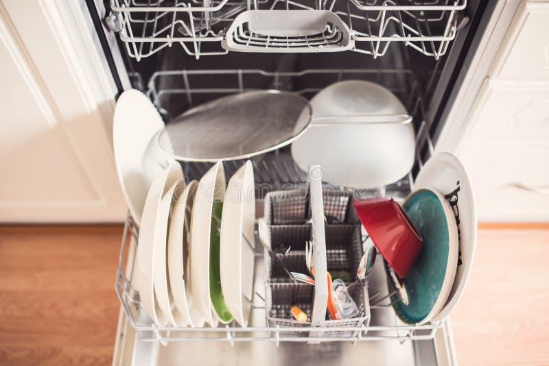 Draufsicht einer vollen Geschirrspülmaschine mit offener Tür lizenzfreie stockbilder