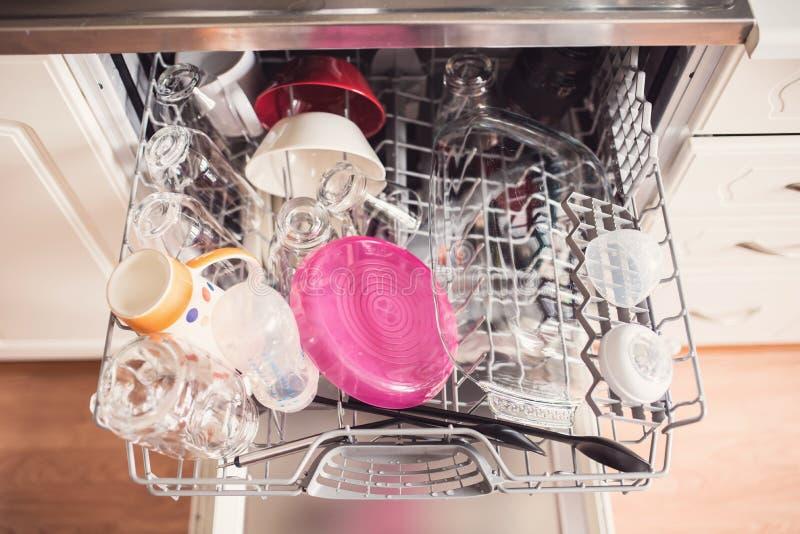 Draufsicht einer vollen Geschirrspülmaschine mit offener Tür stockfotografie