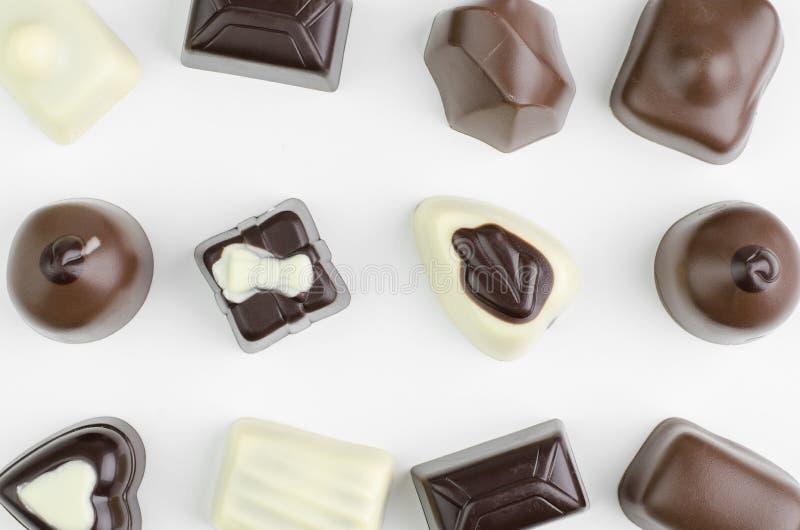 Draufsicht einer Zusammenstellung der feinen Schokoladen lizenzfreies stockbild