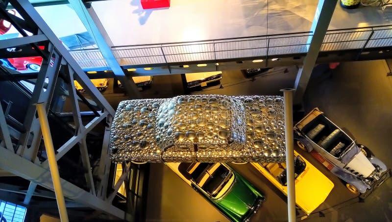 Draufsicht eines Autos bedeckt mit Stahlplatten Einzigartiges Konzept des modernen Autos stockbild