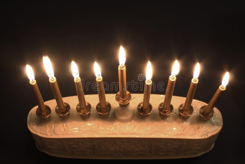 Draufsicht eines beleuchteten Chanukka-menorah gegen einen schwarzen Hintergrund stockfoto