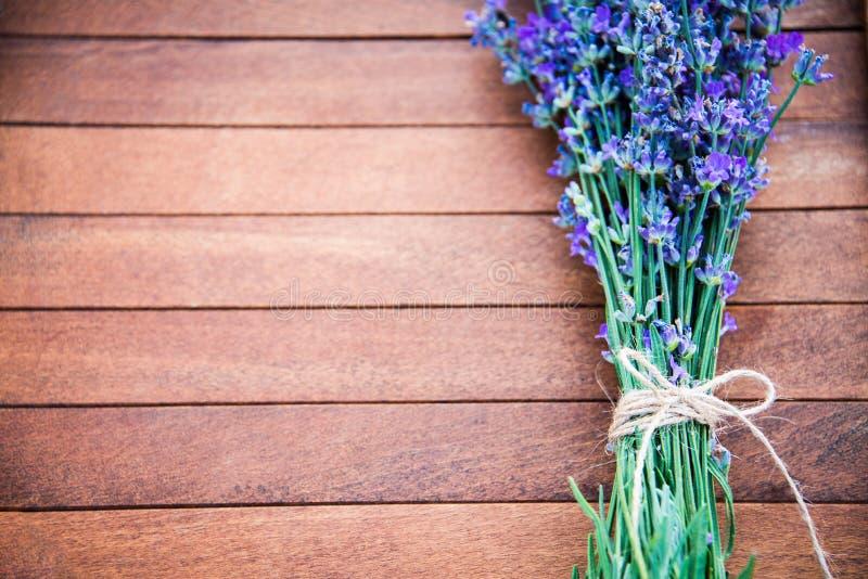 Draufsicht eines Lavendelblumenstraußes legte über einen braunen hölzernen Hintergrund Kopieren Sie Platz lizenzfreies stockfoto