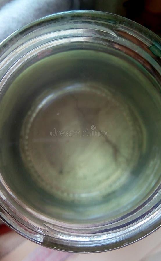 Draufsicht eines offenen Glasgefäßes Wassers Nahaufnahme der Spitze stockfoto