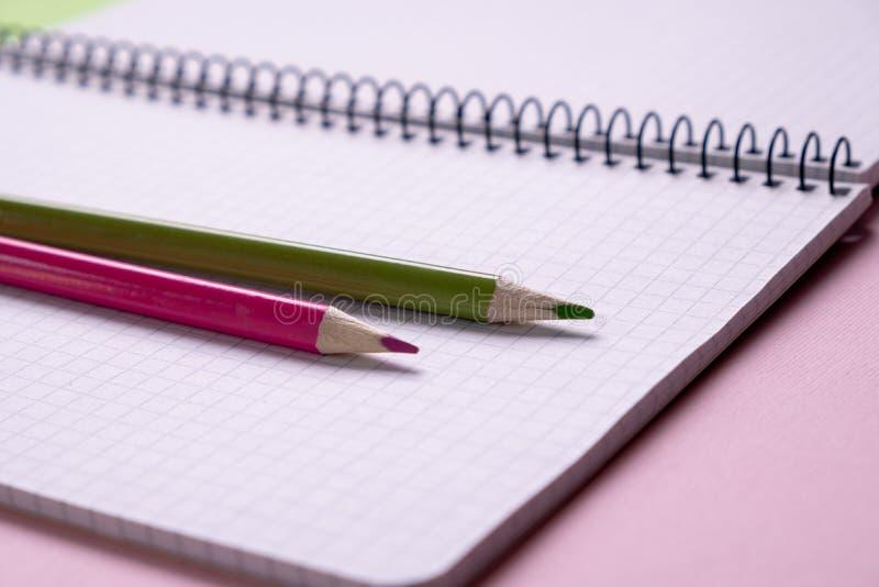 Draufsicht eines offenen Schulnotizbuches mit einer Spiralfeder, Büronotizblock mit Bleistift stockfotografie