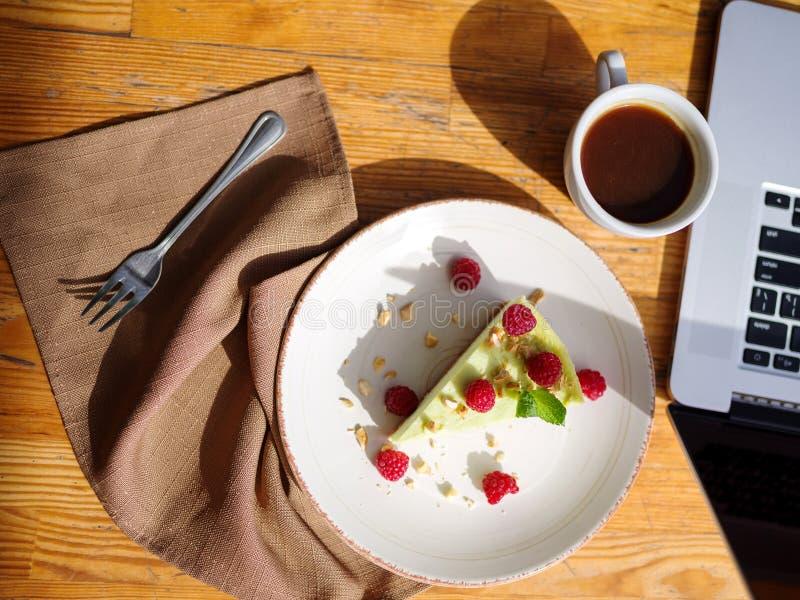 Draufsicht eines sahnigen kleinen Kuchens mit cofee auf dem Holztisch Chef gießt Olivenöl über frischem Salat in der Gaststättekü stockfoto